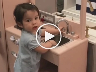 Natuwa masyado, ayaw na umuwi! Baby Olivia is obsessed with this store's kitchen set