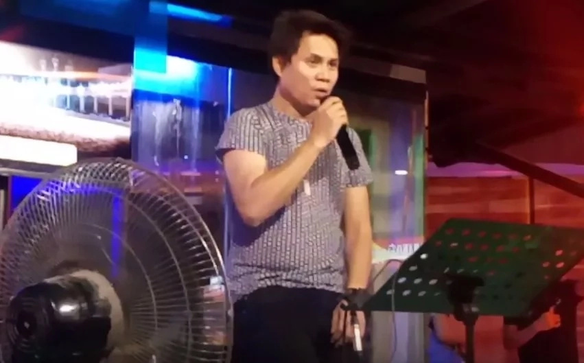 Pinoy singer shows off powerful vocals in an emotional public performance