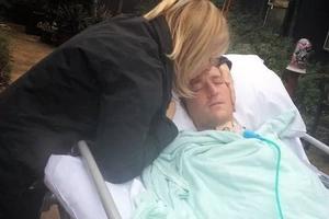 Quedó mudo y parapléjico después de inhalar cocaína y su mamá lo publicó