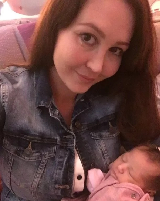 """""""Abordé un vuelo de 17 horas sabiendo que ella podía morir en mis brazos""""- Conmovedora historia de una valiente madre"""