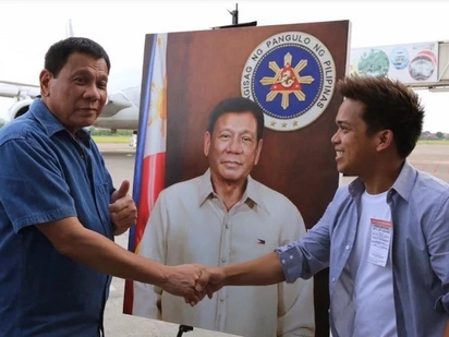 Nakakamangha! Self-taught fisherman's son's amazing Duterte painting now hangs in the Malacañang