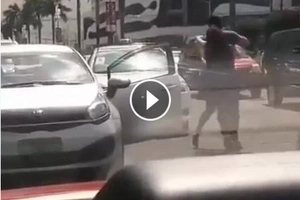 Beastmode si kuya! Enraged man in traffic hits side mirror of taxi