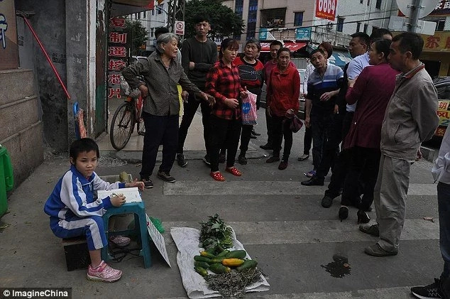 Girl,8, sells veges on street, hoping to meet parents who ABANDONED her when she was month old (photos)
