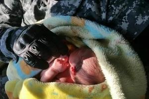 Rescatan a un bebé abandonado en una caja de zapatos