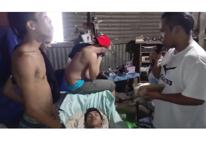 LOL! A drunk Pinoy received a last prayer from his drinking buddies.