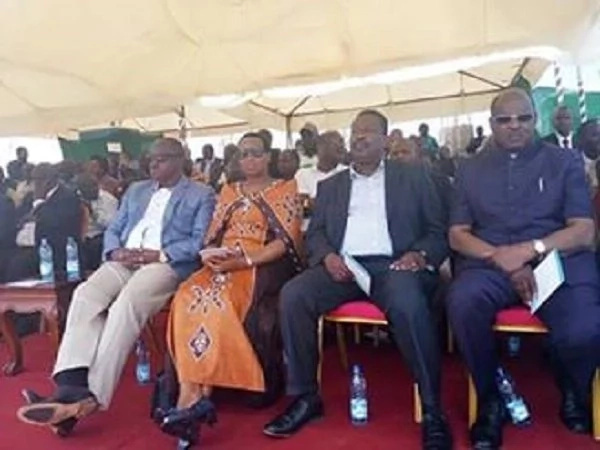 Thousands turn up for the Thanksgiving ceremony for Governor Isaac (photos)