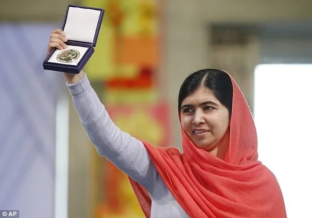 She displays the Nobel Peace Prize in 2014. Photo: AP