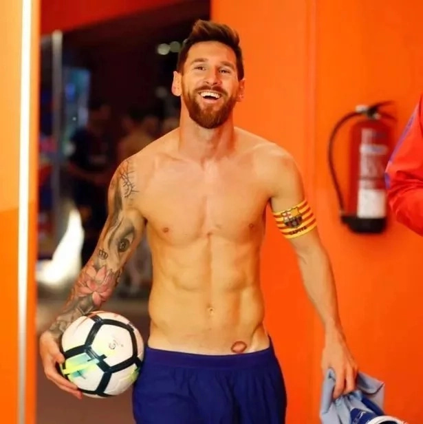 Mchezaji wa Barcelona Lionel Messi ana mchoro wa mkewe mahali usipoweza kuamini