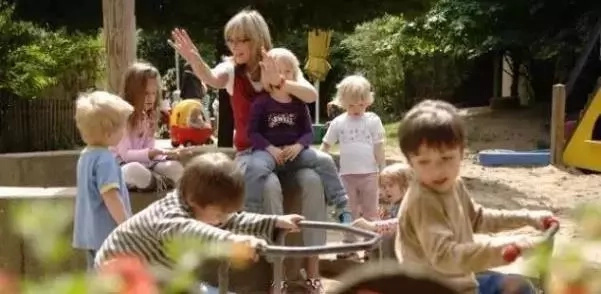 Si tienes hijos, tienes que saberlo. Su patio de la escuela no es seguro. Mira lo que pasó con esta niña. Sus padres están sorprendidos. Yo también