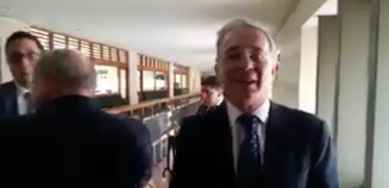 Álvaro Uribe arremetió contra periodista