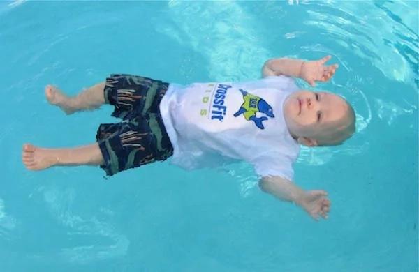 ¡Tomó sólo segundos! Esta mamá encontró a sus gemelos de dos años boca abajo en la piscina familiar
