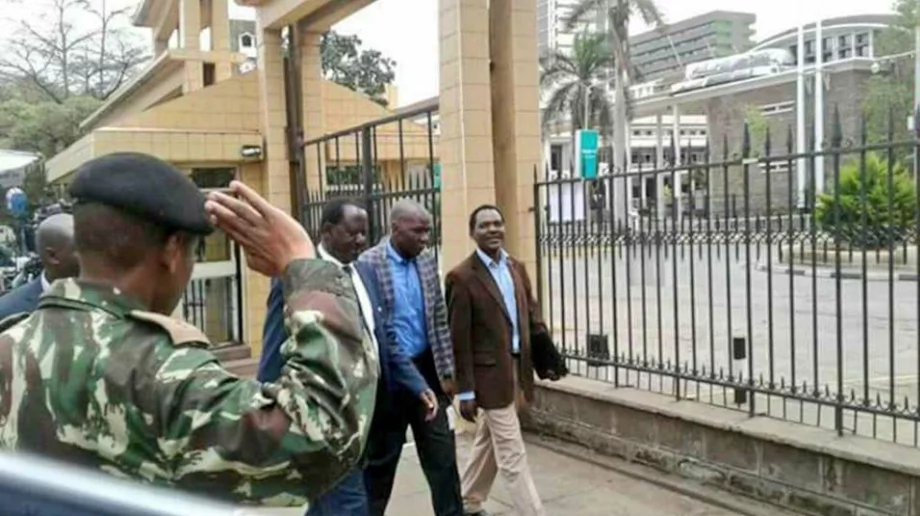 Kenyans surprised after police officer salutes Raila Odinga outside the Supreme Court (photo)