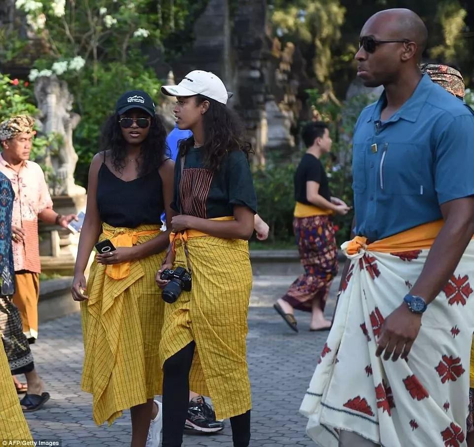 Malia and Sasha Obama: Sisters in yellow sarongs