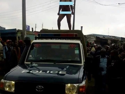 Sababu ya mwanamke Mkenya kucheza densi juu ya gari la polisi akiwa uchi (picha)