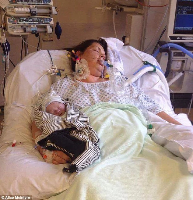 Grieving mother spent 15 days coddling with her stillborn son like if he was alive