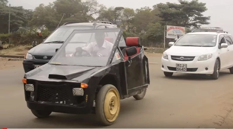 Awesome! See the car made by two talented friends using an old motorcycle (photo