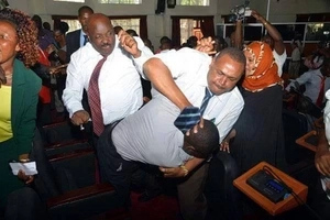 Jubilee governor goes crazy in Nairobi, almost beats up his fierce critic(VIDEO)