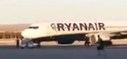 Watch footage of a man ran after his plane as if it were a bus!