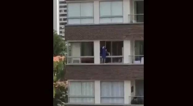 Empleada arriesgó su vida limpiando las ventanas de edificio
