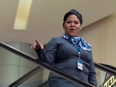 SM's Elevator Girl puts a hilarious twist on reminding us about the mall's escalator etiquette