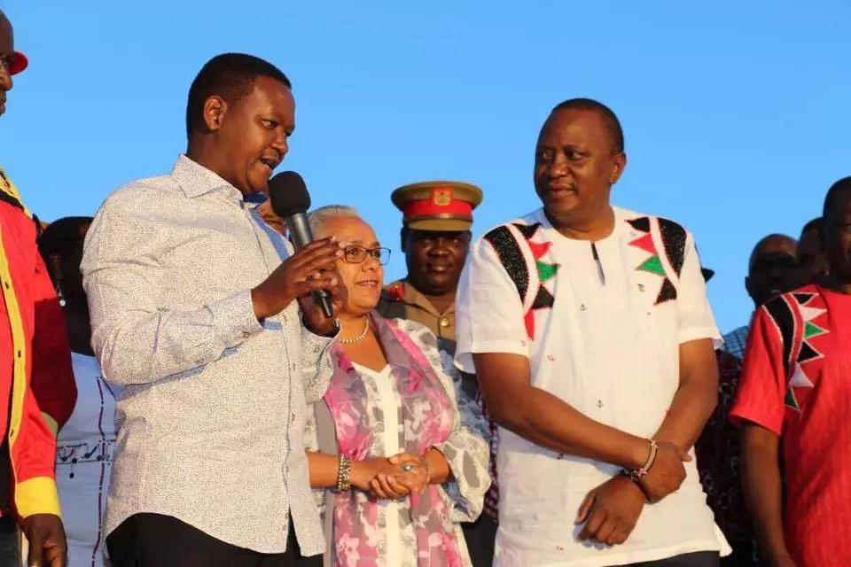 Alfred Mutua ashambuliwa vikali kwa kumtania na kumchekelea Raila Odinga