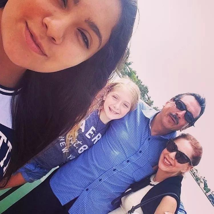 Edith González y su familia quienes le ayudan con el cáncer