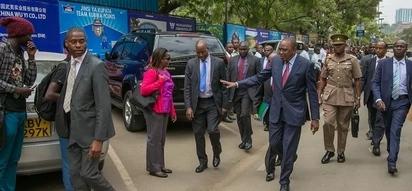 Mixed reactions as Uhuru Kenyatta walks from his office to treasury ministry across Nairobi streets