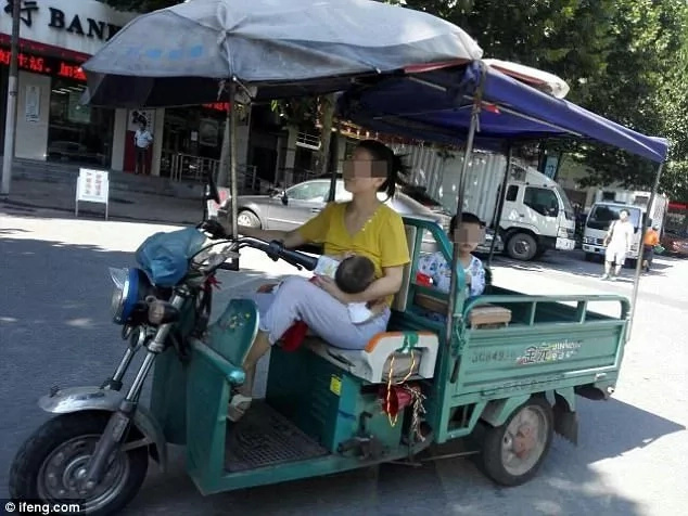 Wang pictured breastfeeding while steering her tricycle. Photo: ifeng.com