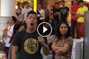 Doble Kara! Man wows mall goers by singing 'The Prayer' duet