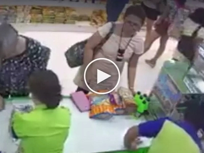 Mabilis ang kamay! Elderly Pinay steals tablet and phone from careless woman in SM City Bacolod