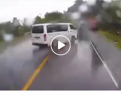 This is why you shouldn't overtake cars when it's raining. See what happened when this car did