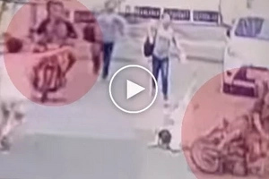 Yan dapat sa inyo! Fearless mother and daughter furiously beat riding in tandem snatchers