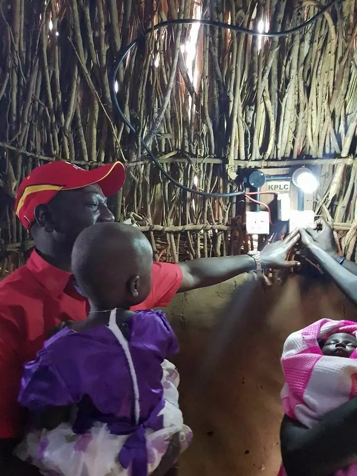 DP Ruto on the spot for allegedly lighting up a thatched house (PHOTOS)