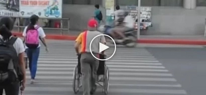 Si kuya na talaga! Sefless Jollibee crew quits post to help woman in wheelchair cross busy street