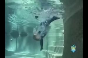 Bebé cae en una piscina y se salva milagrosamente. Mamás, deben enseñar a sus niños a hacer eso