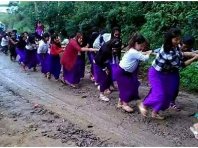 School girls form HUMAN CHAIN to pull bus stuck in mud and the internet is absolutely amazed (photo)