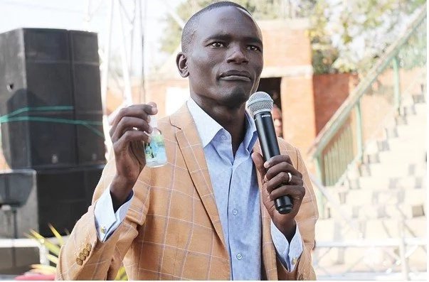 Heaven online! Prophet receives cellphone call from GOD mid-service (photos)