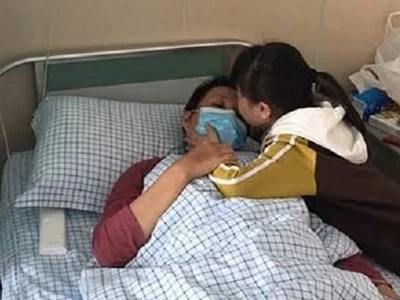 8-year-old girl eats food for two people and quietly endures hospital pains to help save her mother's life