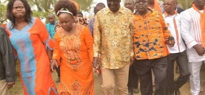 Governor pelted with water bottles in front of Raila Odinga (video)