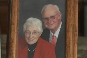 Pareja casada por 63 años mueren separados por minutos, en el mismo cuarto