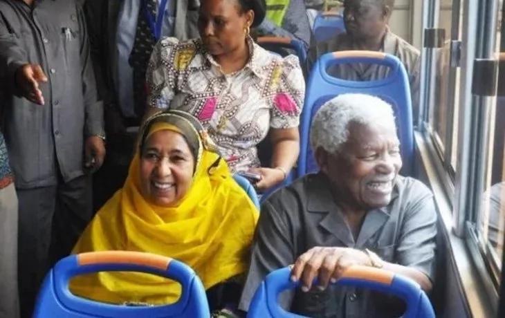 Rais wa zamani wa Tanzania, Ali Hassan Mwinyi, ambaye hutumia mabasi ya umma