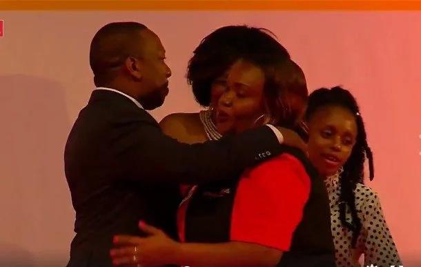 Sonko amuonyesha mkewe mapenzi mbele ya umma huku Shebesh akishangilia(picha,video)