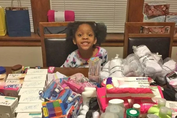 Touching! Girl, 6, gives up birthday presents, FEEDS homeless people instead (photos)