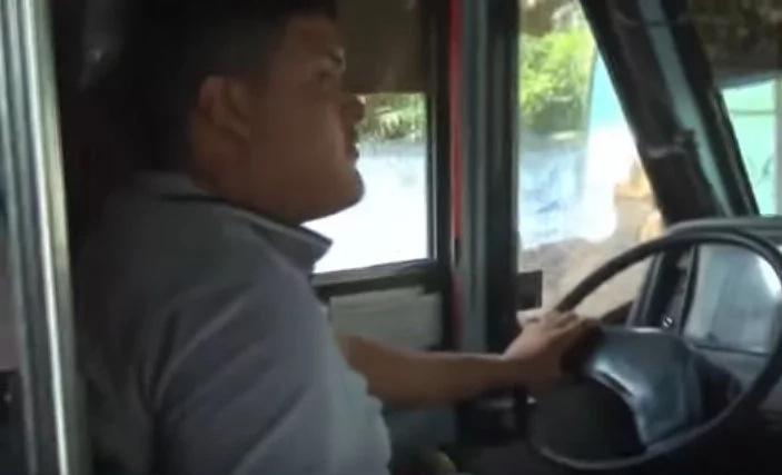 Chofer de autobus detiene su unidad y se baja lo que pasa a continuación te dejará sin palabras