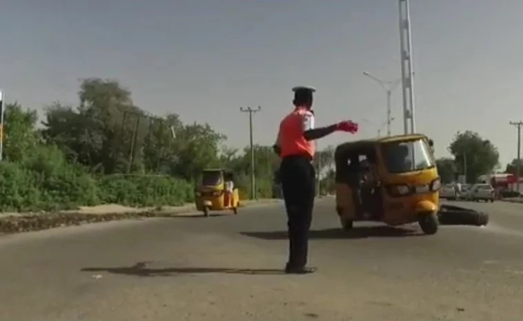 Nigerian traffic guard dancing like MICHAEL JACKSON helps calm the heart of his people (photos, video)