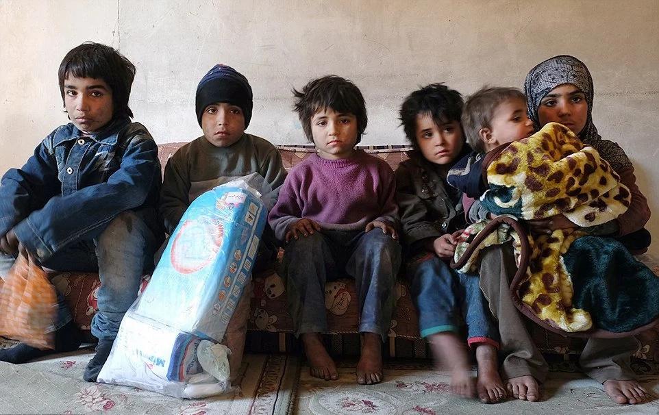 Oyeron terribles llantos desde el sótano e inesperadamente encontraron a seis niños abandonados que estaban escondidos allí ¡por OCHO SEMANAS!