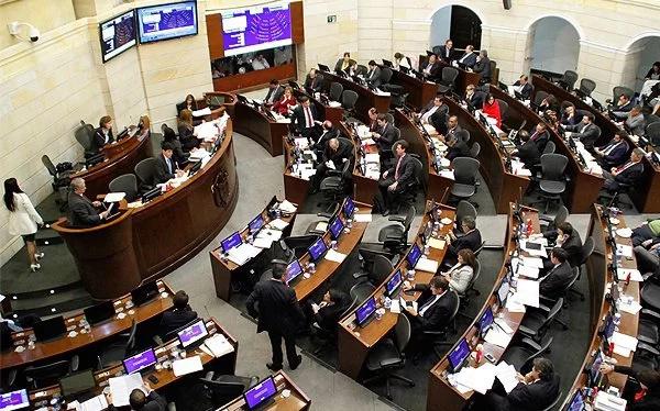 Senadores colombianos se tratan a gritos