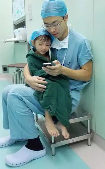 Como este doctor calmó a una niña de 2 años antes de su cirugía del corazón te hará llorar