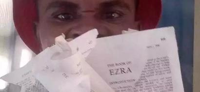 Mwanamume ararua BIBLIA hadharani, sababu inashangaza (picha)