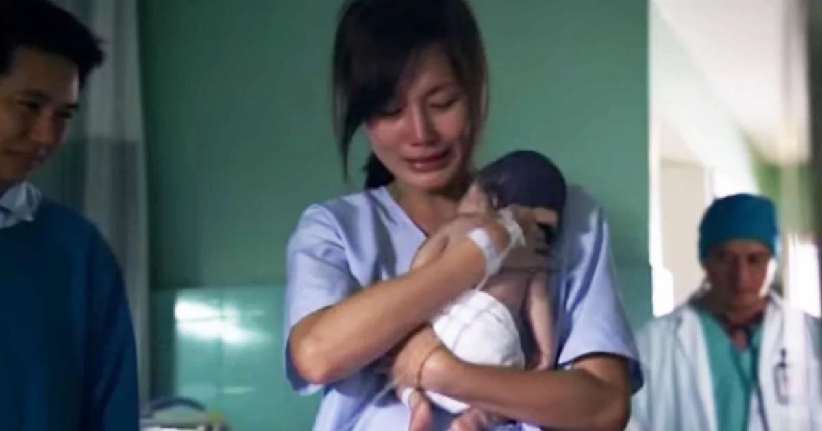 Mamá le da último abrazo a bebé nacido muerto. Los doctores no podían creerlo cuando revivió